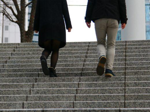 階段を上る男女